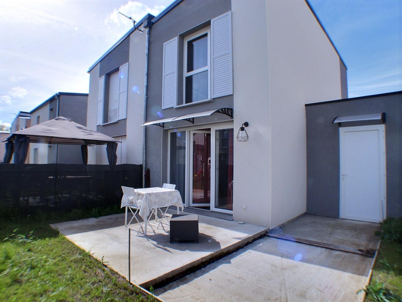 Maison 3 pièces avec terrasse et jardin.