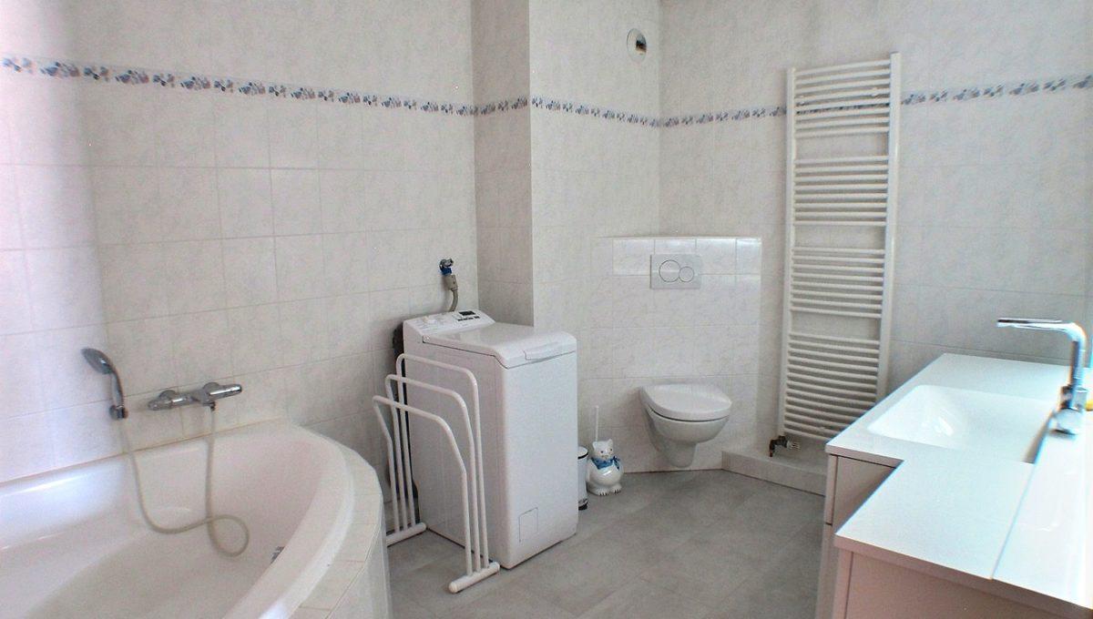 A VENDRE APPARTEMENT DUPLEX 105 M² 5 PIECES RIXHEIM 68170  Dans une petite copropriété de 2000, au calme en impasse, bel appartement au deuxième et dernier étage.  Duplex de 105 m² composé au RDC : d'une entrée, vaste séjour avec baie vitrée donnant accès au large balcon, accès étage. 1 belle cuisine toute équipée et très spacieuse avec coin repas, 1 chambre et une salle de bains.  L'étage s'organise autour de 2 chambres et d'une salle d'eau, rangement.  Chaudière individuelle gaz, double garage en sous-sol de l'appartement.  Des places de parking se trouvent au bas de l'immeuble.  Aucuns travaux à prévoir.  Le DPE indique D  Le prix est de 228 800 €  Votre responsable secteur Didier FERRARI 06.27.11.04.79  kingersheim@ferrari-immo.fr