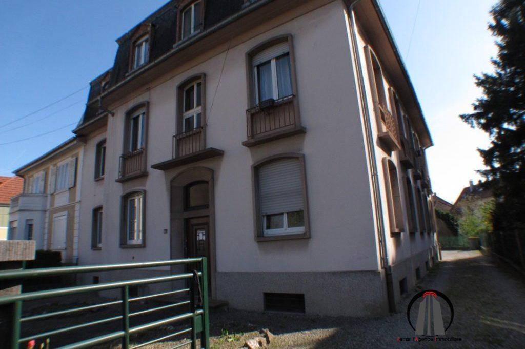 A louer appartement 3 pièces 68200 Mulhouse limite Pfastatt  Appartement lumineux au 1er étage d'un petit immeuble de 6 appartements,  A découvrir: grande entrée, salon séjour donnant sur un balcon côté cour, 2 chambres dont une de 19m², cuisine meublée ; salle de bains.  Chaudière individuelle au gaz.  Fenêtres PVC double vitrage, une cave et une place de parking dans la cour intérieure viennent compléter cette offre.  Le loyer mensuel est de 540 €  Les charges mensuelles sont de 50 €  Le DPE indique D  Votre responsable secteur : Didier FERRARI 06.27.11.04.79  kingersheim@ferrari-immo.fr