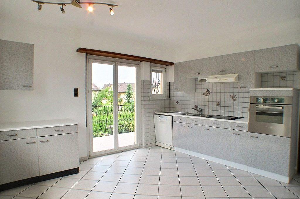 A LOUER MAISON PLAIN PIED 126 M² AVEC JARDIN ILLZACH 68110    A louer au coeur de la commune d'Illzach, proche du centre et des différents commerces, maison de plain-pied de 126 m² sur 713m² de terrain composée d'une grande cuisine équipée avec un accès a un balcon, vaste salon salle à manger avec parquet en chevrons ,3 chambres à coucher, salle de bains avec baignoire balnéo et douche hydromassante.WC séparé.    Sous-sol complet et aménagé comprenant une chambre et une salle de bain.    Coin bricolage, cave à vins, sortie sur jardin arrière.    Portail et porte de garage électrique.    Terrain d'environ 7 ares environ avec coin barbecue.    Chauffage individuel GAZ et PVC Double vitrage. Le DPE indique : E    Le loyer mensuel est de 1225 €    Les honoraires de location à la charge du locataire s'élèvent à 1225 €    Votre responsable secteur : Joseph CAMPOCHIARO 07.66.03.45.31    kingersheim@ferrari-immo.fr    Ferrari l'Agence Immobilière : 7 rue de Guebwiller 68260 KINGERSHEIM    Découvrez votre journal de petites annonces immobilières «LA GAZZETTA », propre à votre partenaire Immobilier : Ferrari l'Agence Immobilière ; distribuée en boites aux lettres ou en libre-service chez Ferrari l'Agence Immobilière.