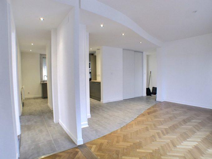 A louer bel appartement refait à neuf dans une petite résidence rue Margherite SPOERLIN, dans un quartier tranquille à MULHOUSE, il se compose : D'une belle entrée donnant sur le salon séjour avec cuisine équipée ouverte sur l'espace de vie, deux belles chambres spacieuses, une salle d'eau avec grande douche, et meuble lavabo, WC séparé. L'appartement possède un garage, un grenier et une cave, Faible charges, radiateurs électriques neufs, isolation refaite. Disponible. Le loyer mensuel est de 790 € Les charges mensuelles s'élèvent à 20 € Votre agent commercial Joseph CAMPOCHIARO 07.66.03.45.31 kingersheim@ferrari-immo.fr
