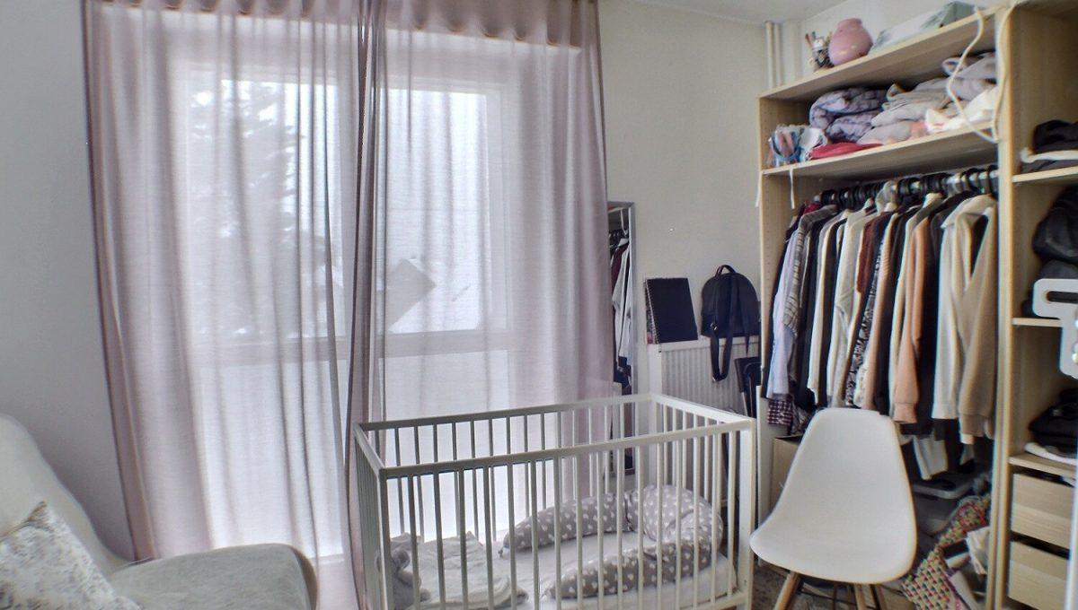 A vendre appartement 4 pièces de 75m² au 1er étage rue d'Anvers à ILLZACH. Il se compose comme suit : un hall d'entrée, un salon salle à manger, une cuisine séparée toute équipée, trois chambres, une salle d'eau, un WC séparé, une cave. L'appartement a été rénové, la façade refaite en 2020 avec une isolation extérieure. Actuellement l'appartement est loué à 600 € et 150 € de charges. Bon investissement locatif, ou pour un primo-accédant. (L'appartement peut être vendu loué ou libre de toute occupation) Dans les charges sont compris : le chauffage, l'eau froide, l'ascenseur, espaces verts. Le DPE Indique C Le prix est de 75 000 € Votre responsable secteur : Joseph CAMPOCHIARO 07.66.03.45.31 kingersheim@ferrari-immo.fr