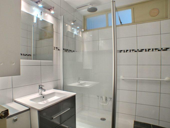 A LOUER, Alsace, Haut-Rhin, 68110 Illzach Appartement situé à Illzach au 1ere etage avec ascenseur . Composé d'une entrée, une cuisine, salon séjour, 3 chambres,1 salle de bains avec douche, 1 cave. Possibilitée de louer un garage dans la résidence. Le mode de chauffage est collectif et au gaz. Fenêtres double vitrages. Le loyer est de 550 € mensuel Le montant des charges sélève à 150 €. Honoraire de location : 550€ Le DPE indique : D Votre responsable secteur : Didier FERRARI 06.27.11.04.79 kingersheim@ferrari-immo.fr Ferrari l'Agence Immobilière : 7 rue de Guebwiller 68260 KINGERSHEIM
