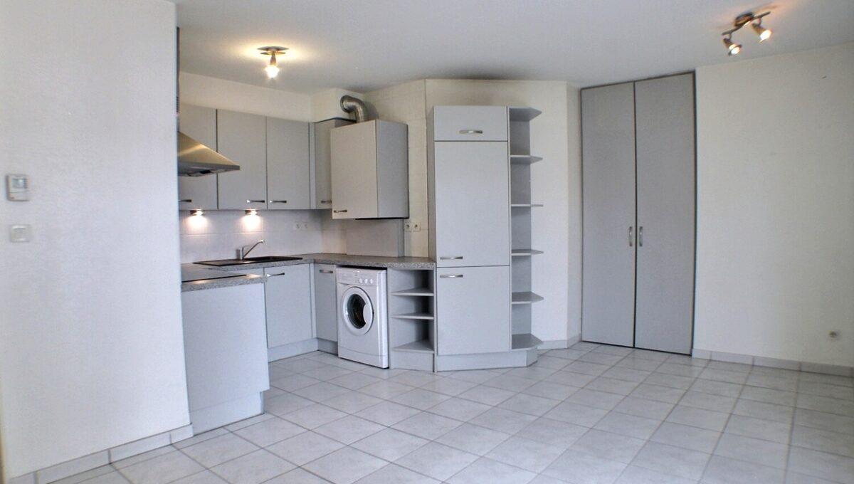 A vendre APPARTEMENT 3 PIECES MULHOUSE DORNACH  Bel appartement bien situé au cœur du vieux Dornach, appartement avec terrasse dans un résidence récente.  L'appartement se compose : d'une entrée, un salon ouvert sur la cuisine toute équipée ,1 terrasse, 2 chambres, une salle de bains, un cellier, rangements.  1 garage en sous-sol.  Le chauffage est individuel et au gaz  Le prix est de 130.000 € Honoraires à la charge du vendeur  Le DPE indique C  Votre responsable secteur : Didier FERRARI 06.27.11.04.79  kingersheim@ferrari-immo.fr  Ferrari l'Agence Immobilière : 7 rue de Guebwiller 68260 KINGERSHEIM  Découvrez votre journal de petites annonces immobilières «LA GAZZETTA », propre à votre partenaire Immobilier : Ferrari l'Agence Immobilière ; distribuée en boites aux lettres ou en libre-service chez Ferrari l'Agence Immobilière.