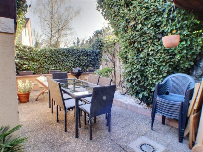 A VENDRE MAISON 3 PIECES KINGERSHEIM 68260 Maison de 65 m² composée au RDC d'un salon, séjour avec accès jardin, d'une cuisine équipée, d'une salle de bains, L'étage s'organise autour de deux chambres Cheminée, convecteurs eléctrique Double vitrage Le DPE indique : D Le prix est de 119 600 € Votre responsable secteur : Didier FERRARI 06.27.11.04.79 kingersheim@ferrari-immo.fr Ferrari l'Agence Immobilière : 7 rue de Guebwiller 68260 KINGERSHEIM Découvrez votre journal de petites annonces immobilières «LA GAZZETTA », propre à votre partenaire Immobilier : Ferrari l'Agence Immobilière ; distribuée en boites aux lettres ou en libre-service chez Ferrari l'Agence Immobilière.