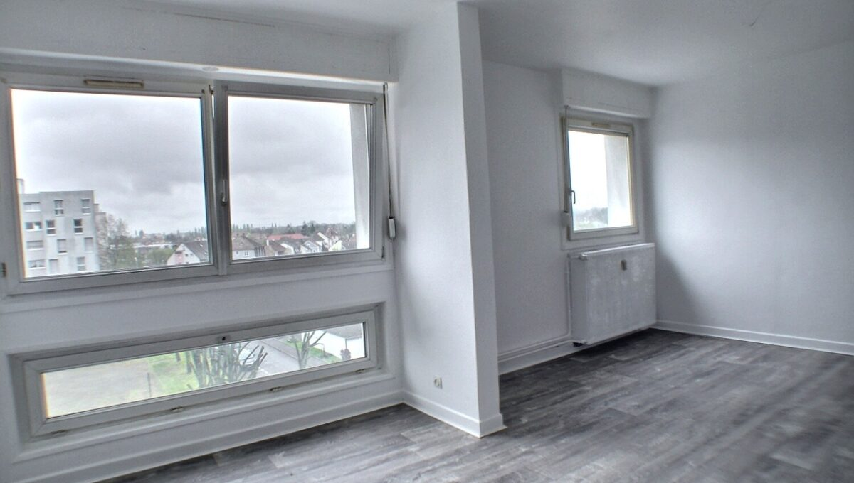 A LOUER, Alsace, Haut Rhin, 68110 ILLZACH  Proximité des accès autoroutes et centre-ville de Mulhouse.  Résidence LES FLEURS. rue de Namur.  Appartement de 82.87 m² refait à neuf (peintures et sols) d'un immeuble sans travaux, isolation par l'extérieur réalisé, avec ascenseur,  Celui-ci est composé d'une entrée, cuisine meublée avec loggia, salon-séjour; 3 chambres, salle de bains et wc indépendant. Nombreux rangements.  Le mode de chauffage est collectif et au gaz.  Pour une fonctionnalité optimum l'appartement possède une cave privative.  Des places de parking se trouvent au bas de la résidence.  Possibilité de louer un garage.  Fenêtres PVC double vitrages, gare de MULHOUSE à 10 minutes, école maternelle et primaire à pieds.  Le loyer mensuel est de 600 €  Les charges sont de 140 € (chauffage, eau compris)  Le DPE indique : D  Votre responsable secteur : Didier FERRARI 06.27.11.04.79  - kingersheim@ferrari-immo.fr –  Ferrari l'Agence Immobilière  Découvrez votre journal de petites annonces immobilières «LA GAZZETTA », propre à votre partenaire Immobilier : Ferrari l'Agence Immobilière ; distribuée en boites aux lettres ou en libre-service chez Ferrari l'Agence Immobilière.