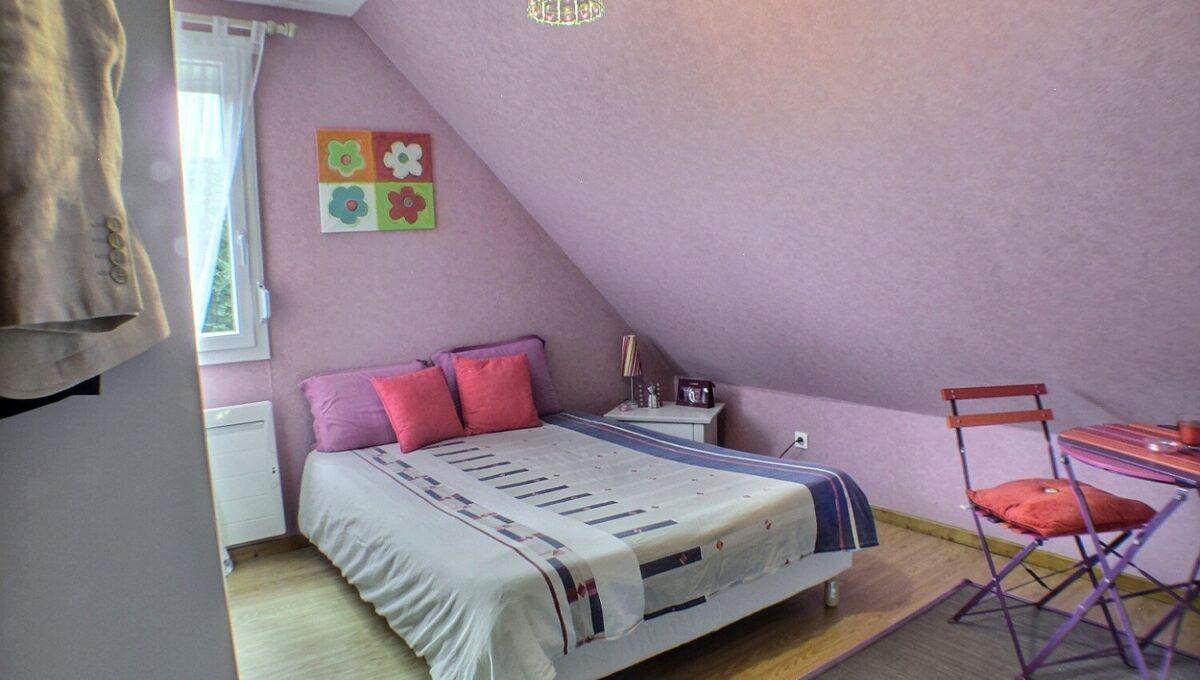 A VENDRE MAISON 5 PIECES AVEC JARDIN WITTENHEIM 68270  A vendre belle maison individuelle,  Isolation extérieure, cheminée bois neuve, radiateurs électriques (inertie), climatisation réversible.  Cette maison totalement rénovée se compose au RDC : d'une entrée, grand salon-séjour donnant sur une terrasse, grande cuisine toute équipée, WC indépendant.  L'étage s'organise autour de 3 chambres et d'une salle de bains, 1WC,  Sous-sol complet aménagé et buanderie.  Jardin clos et arboré de 495 m²  Double garage, 2 places de parking  LE DPE indique D  Le prix est de 225 000 €  Votre responsable secteur : Aurore BERDOUZI 07.82.08.37.90  kingersheim@ferrari-immo.fr