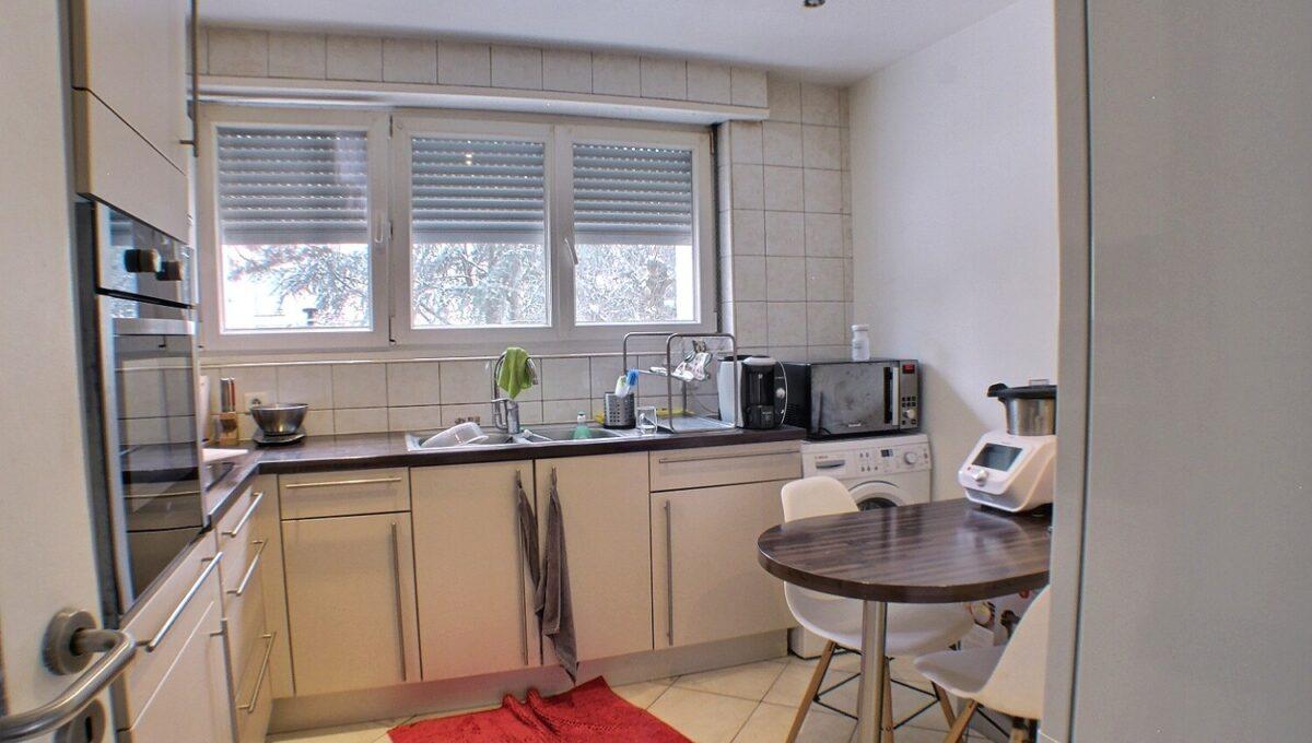 A LOUER, Alsace, Haut Rhin, 68110 ILLZACH  Proximité des accès autoroutes et centre-ville de Mulhouse.  Résidence LES FLEURS. rue de Namur.  Appartement de 82.87 m² refait à neuf (peintures et sols) d'un immeuble sans travaux, isolation par l'extérieur réalisée, avec ascenseur,  Celui-ci est composé d'une entrée, cuisine meublée avec loggia, salon-séjour; 3 chambres, salle de bains et wc indépendant. Nombreux rangements.  Le mode de chauffage est collectif et au gaz.  Pour une fonctionnalité optimum l'appartement possède une cave privative.  Des places de parking se trouvent au bas de la résidence.  Possibilité de louer un garage.  Fenêtres PVC double vitrages, gare de MULHOUSE à 10 minutes, école maternelle et primaire à pieds.  Le loyer mensuel est de 600 €  Les charges sont de 140 € (chauffage, eau compris)  Le DPE indique : D  Votre responsable secteur : Didier FERRARI 06.27.11.04.79  - kingersheim@ferrari-immo.fr –  Ferrari l'Agence Immobilière  Découvrez votre journal de petites annonces immobilières «LA GAZZETTA », propre à votre partenaire Immobilier : Ferrari l'Agence Immobilière ; distribuée en boites aux lettres ou en libre-service chez Ferrari l'Agence Immobilière.