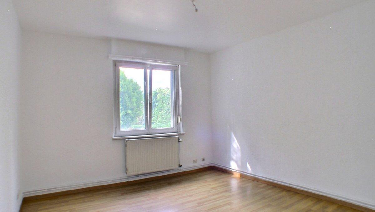 Appartement situé à Mulhouse au Rebberg rue Mathias Graff, dans une copropriété avec isolation extérieure en cours et zinguerie : travaux déjà payés). A vendre Appartement 4 pièces de 67,65 m² au 1er étage,  Il se compose : d'une entrée, un salon- salle à manger avec balcon, une cuisine séparée avec balcon, 2 chambres, 1 salle de bain, WC séparé, Chauffage individuel au gaz, fenêtres doubles vitrages PVC Le DPE indique D (avant isolation) Le prix est de 120 000 € Votre responsable secteur : Didier FERRARI 06.27.11.04.79 kingersheim@ferrari-immo.fr